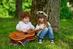 Leuke kinderen die gitaar spelen Royalty-vrije Stock Foto's