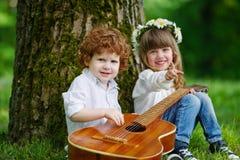Leuke kinderen die gitaar spelen Royalty-vrije Stock Afbeeldingen