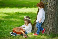 Leuke kinderen die gitaar spelen Royalty-vrije Stock Afbeelding