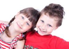 Leuke kinderen die het spel spelen Stock Foto's