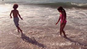 Leuke kinderen die pret met water hebben stock video