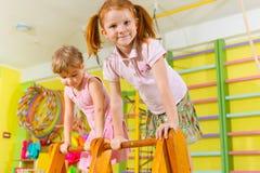 Leuke kinderen in gymnastiek Stock Afbeelding