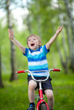 Leuke kindjongen op fiets Royalty-vrije Stock Afbeelding