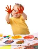 Leuke kindverf die handen gebruikt Stock Foto's