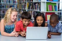 Leuke klasgenoten die laptop bekijken royalty-vrije stock foto