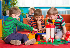 Leuke kleine jongens die bij kleuterschool spelen Royalty-vrije Stock Foto's