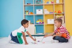 Leuke kleine jongens die op vloer in klaslokaal schilderen stock afbeelding afbeelding 43662461 - Schilderen kind jongen ...