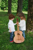 Leuke kleine kinderen die gitaar spelen Royalty-vrije Stock Afbeelding