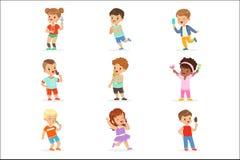 Leuke kleine kinderen die roomijs eten Gelukkige kinderen die van het eten met hun roomijs genieten Het beeldverhaal detailleerde stock illustratie