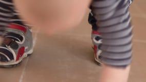 Leuke kleine voeten van het kleine jonge geitje in langzame motie en strepen stock video
