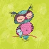 Leuke kleurrijke uil en weinig vogelzitting op boomtak Stock Afbeeldingen