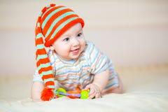 Leuke kruipende babyjongen binnen stock afbeeldingen