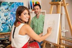Leuke kunstenaar die een model schetsen Royalty-vrije Stock Afbeelding