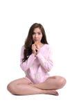 Leuke lange haarvrouw in roze sweater met koekje royalty-vrije stock afbeeldingen