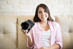 Leuke Latijn die een professionele camera tonen Royalty-vrije Stock Afbeeldingen