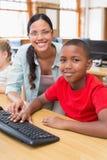 Leuke leerling in computerklasse met leraar Royalty-vrije Stock Afbeelding