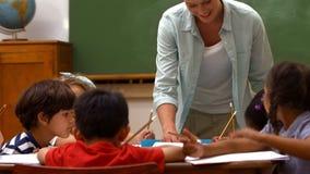Leuke leerlingen in klaslokaal op school stock footage