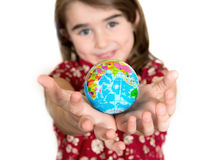 Leuke lgirl die weinig Wereldbol op haar Handen houden Stock Afbeelding