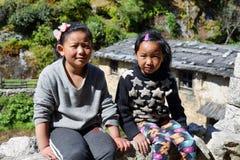 Leuke lokale meisjes dichtbij Phakding in EBC, Nepal Royalty-vrije Stock Foto's