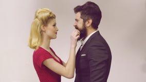 Leuke man en vrouw die in retro uitstekende kleren oude stijl dragen De mooie paar geklede wijnoogst kleedt het maken grappig stock video
