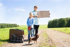 Leuke meisje en jongen met hond op weg Royalty-vrije Stock Fotografie