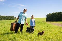 Leuke meisje en jongen met hond op weg Stock Foto's