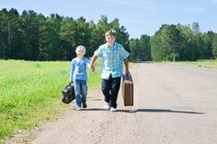 Leuke meisje en jongen met koffer Stock Fotografie