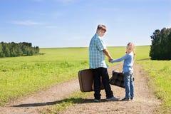Leuke meisje en jongen met koffer Royalty-vrije Stock Foto