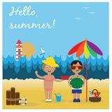 Leuke meisje en jongen op strand Stock Foto's