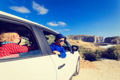 Leuke meisje en jongensreis door auto binnen Stock Foto's