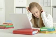 Leuke meisje en laptop Stock Afbeelding