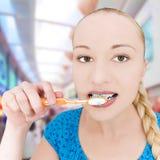 Leuke meisje het borstelen tanden stock foto