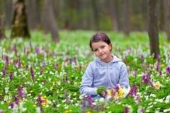 Leuke meisje het plukken bloemen Stock Afbeelding