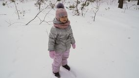Leuke meisjedalingen neer op slowmotion sneeuw, stock video
