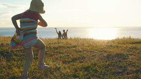 Leuke meisjelooppas in de handen van ouders stock footage