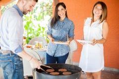 Leuke meisjes bij een barbecue Royalty-vrije Stock Foto