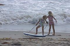 Leuke meisjes bij het strand stock afbeeldingen