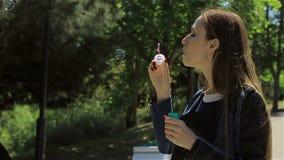 Leuke meisjes blazende zeepbels stock video
