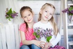 Leuke meisjes in de lentestudio Stock Fotografie