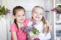 Leuke meisjes in de lentestudio Stock Afbeeldingen