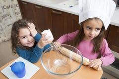 Leuke meisjes die in de keuken koken Royalty-vrije Stock Afbeelding
