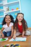 Leuke meisjes die met hun vingers schilderen Royalty-vrije Stock Afbeeldingen