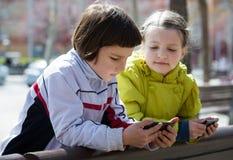 Leuke meisjes die met mobiles stellen royalty-vrije stock foto's