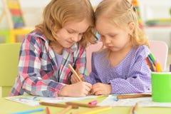 Leuke meisjes die met potloden trekken Stock Afbeeldingen