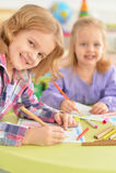 Leuke meisjes die met potloden trekken Stock Afbeelding