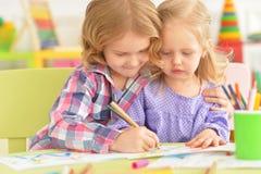 Leuke meisjes die met potloden trekken Stock Fotografie