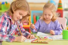 Leuke meisjes die met potloden trekken Royalty-vrije Stock Fotografie