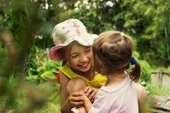 Leuke meisjes die pret hebben en bij de zomerdag lachen Stock Afbeelding