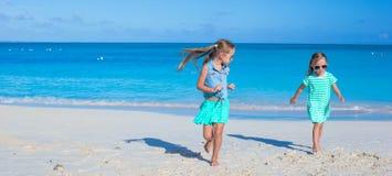 Leuke meisjes die van de vakantie van het de zomerstrand genieten Royalty-vrije Stock Afbeeldingen