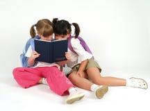 Leuke meisjes met notitieboekje Stock Afbeeldingen